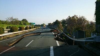 九州自動車道(益城熊本空港IC~御船IC)177.8キロポスト付近 土工部盛土法面・路面の被害状況