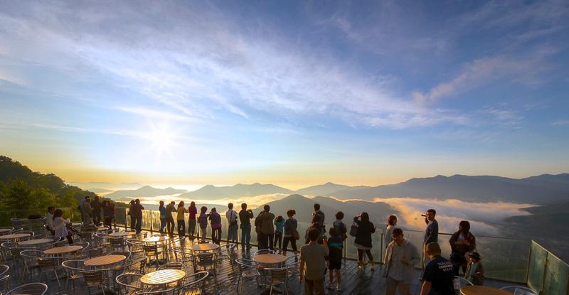 コーヒーを飲みながら眼下に広がる雲海を見ることができる「雲海テラス」。今年は5月14日~10月17日の予定で営業する