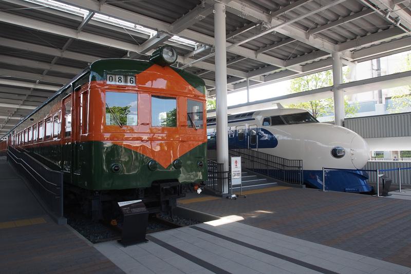 80系電車、1950年登場、日本初の長距離電車。高速運転と最大16両編成が可能。後方は新幹線の最初の車両である0系。1964年の新幹線開業と同時にデビュー