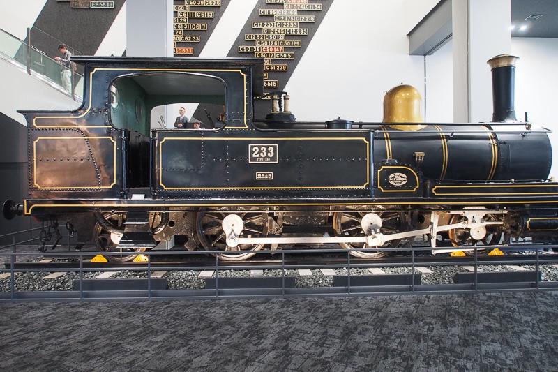 本館入り口右側には国産初の量産型蒸気機関車230形。奥には2階へ向かうエスカレータがある