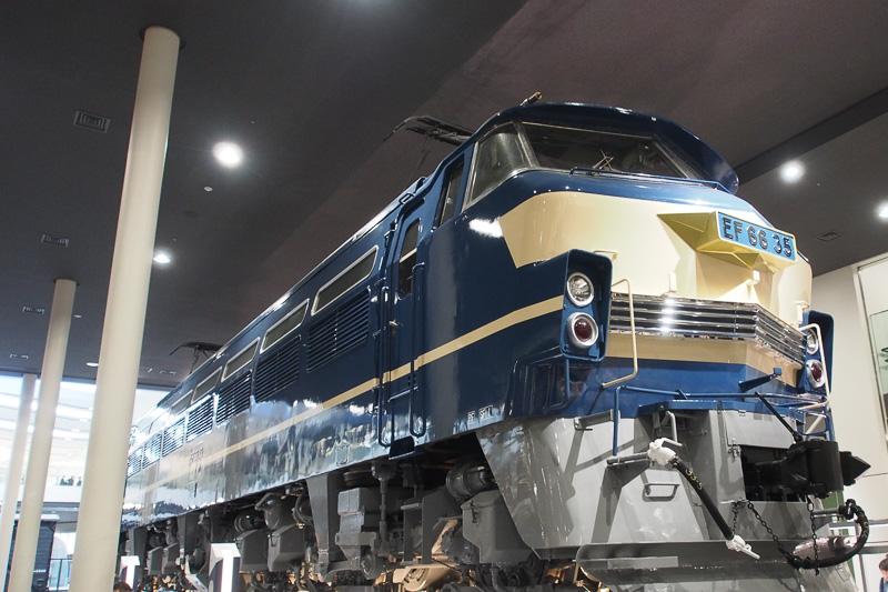 電気機関車のEF66形を下から見える形で展示し、台車やモーターの配置がよく理解できる