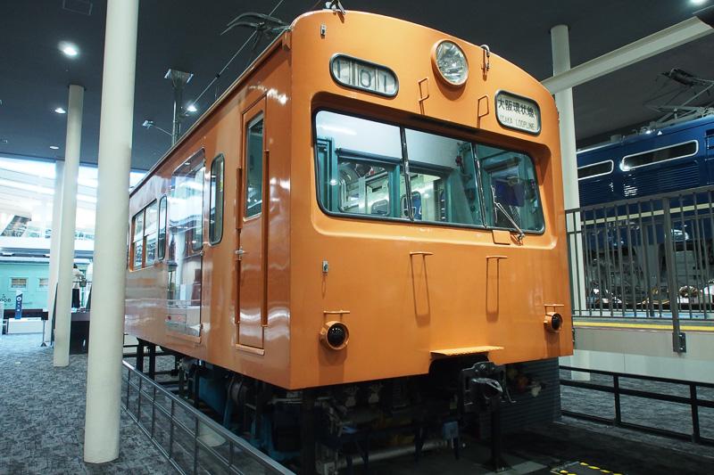 101系電車。ドアの開閉やパンタグラフ、主制御器が構造を確かめられる。主制御器は走行操作をするとそれに連動して動作する