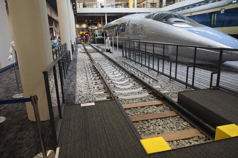線路の構造を再現した区間は、軌道自転車に乗って自ら漕いで走ることができる。ただし身長120cm以上