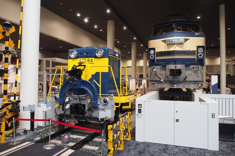 新幹線電車の入れ替え用の912形ディーゼル機関車のカットモデル。連結器が2タイプ備わっている