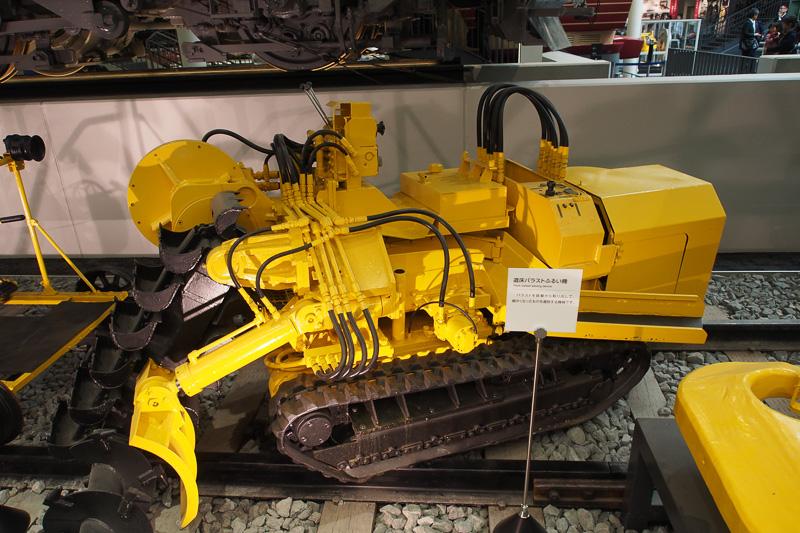 線路を維持・修繕用の機械を展示している。こちらは道床バラストふるい機