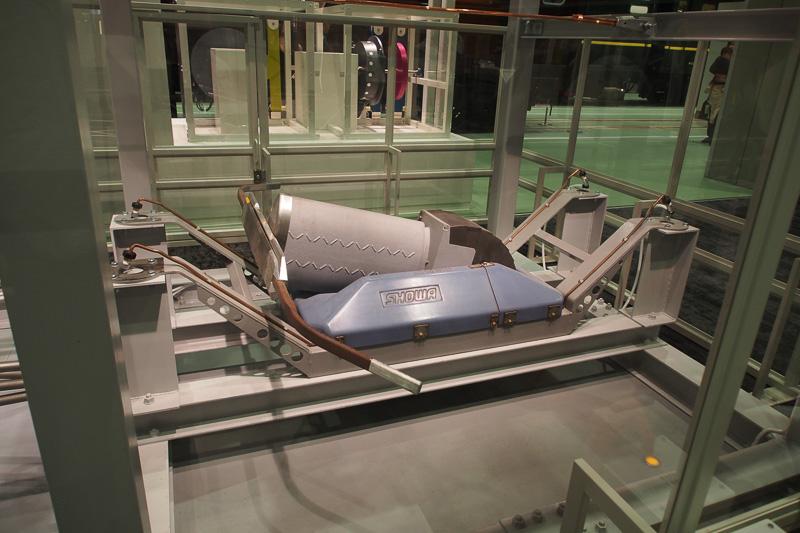 500系新幹線に装備のWPS204形。寝ている状態から起き上がり上昇するところも操作できる。自動車用ショックアブゾーバーで有名な「SHOWA」のロゴ入り