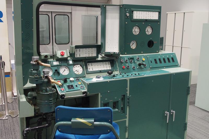 DD51形ディーゼル機関車の運転台。前向き設置の運転台となる