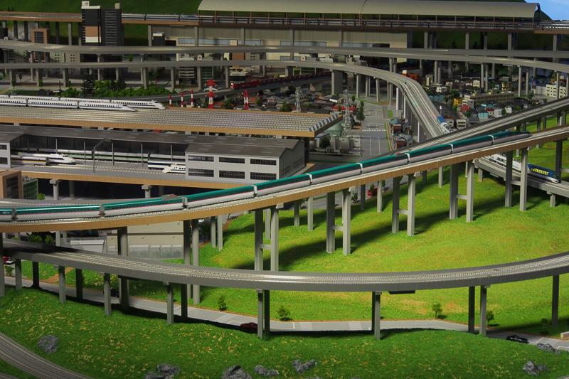 JR東日本の車両も走行するほか、右下の私鉄線には近鉄の「しまかぜ」が走行中