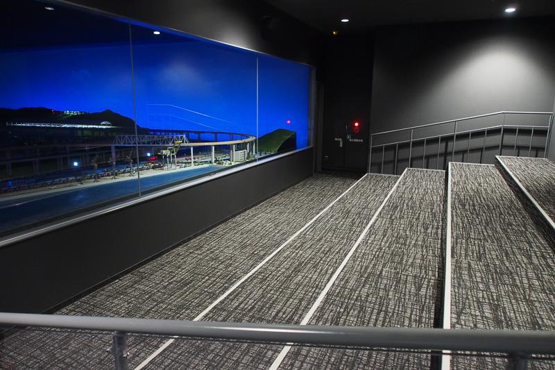 ジオラマの見学に座席はなく、階段上の床に座る仕組み。見渡したいなら後方に立つことがお勧めだ