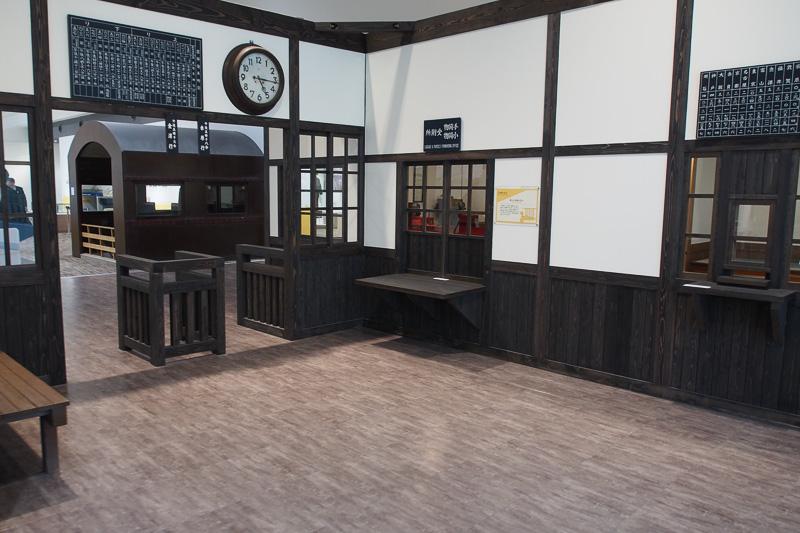 昔の駅を再現。小荷物・手荷物受付所など今はもうない窓口だ