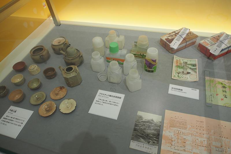 さまざまな展示があり、駅弁のお茶容器の移り変わり