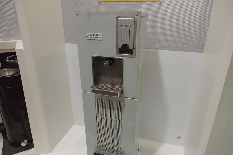 特急・急行車両にあった冷却水装置。薄型の紙コップも備えられていた