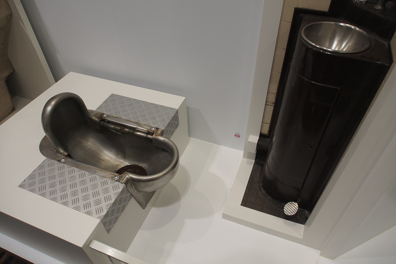 列車のトイレと言えばステンレス製和式便器