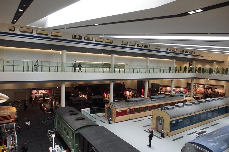 2階からは吹き抜けから1階部分の展示が見える。3階からも見下ろせる場所がある、窓が新幹線風になっている