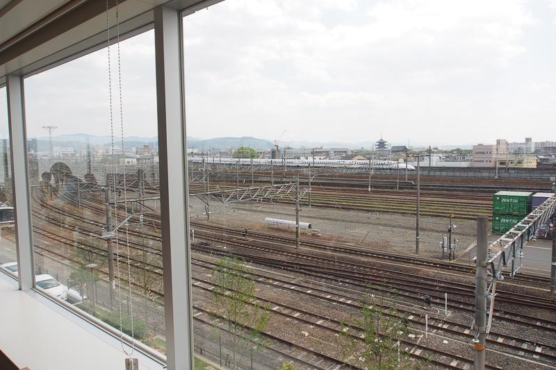 窓の外にはJR山陰線、東海道線、新幹線が見える