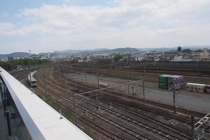スカイテラスから見た外の景色。目の前はコンテナ駅が広がっている