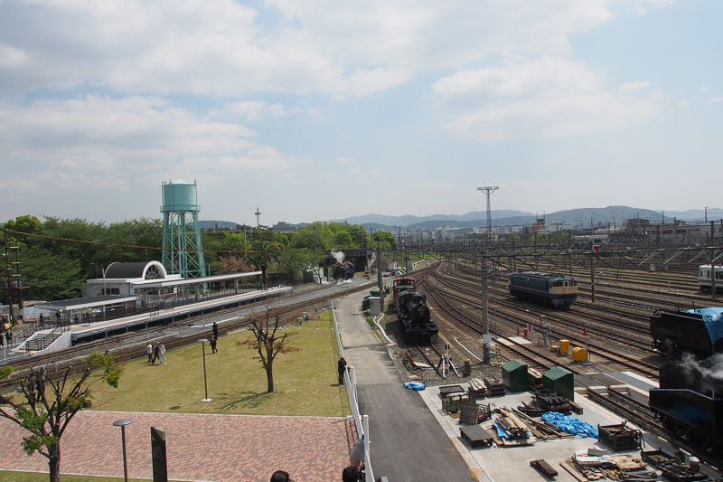 SLスチーム号のホームと広場。右側はSL第2検修庫に続く線路