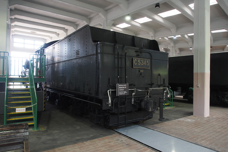 扇形車庫の中に入って間近で見ることができるのも京都鉄道博物館。C53の炭水車