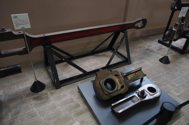 動力を車輪に伝えるロッドの展示