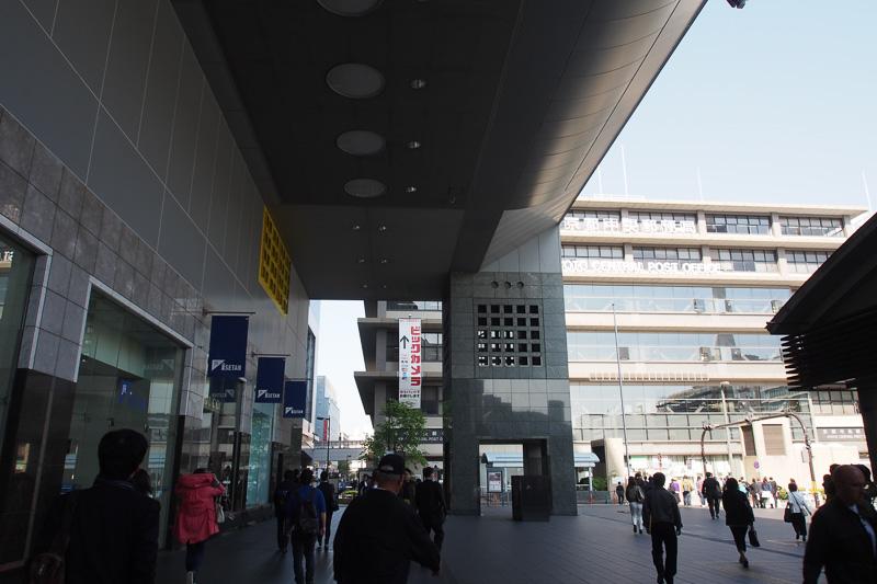 京都駅から徒歩で行くには西口や正面口から出て左側、ビックカメラ方向に歩いていく
