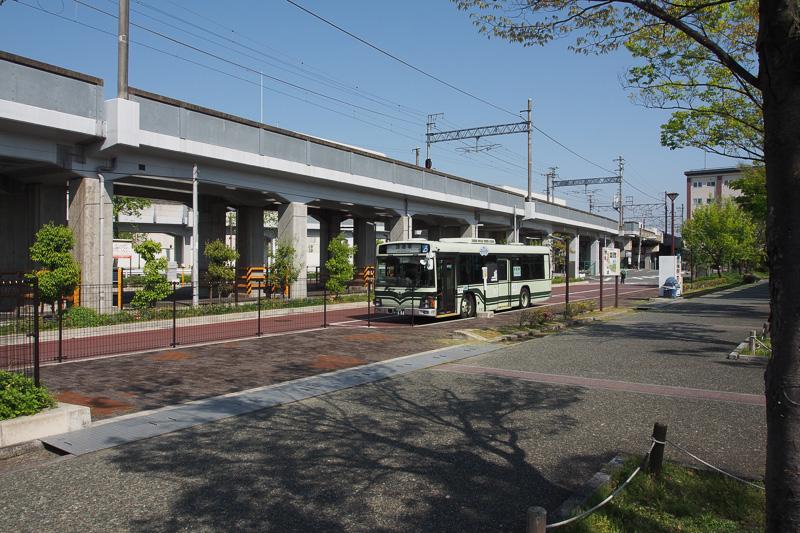 公園を抜けるとバス停がある。近いほうの「梅小路公園・京都鉄道博物館前」バス停
