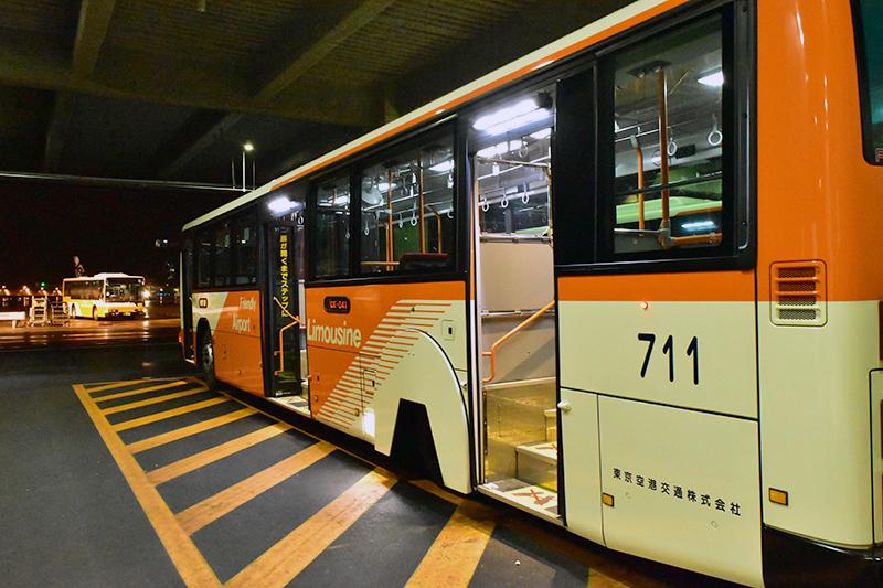 バスに乗り込んで飛行機まで。コレ、LCCではよくあること