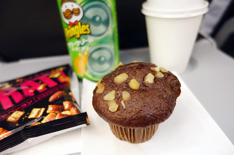 濃厚チョコとマカダミアナッツのマフィン&コーヒーのセット(500円)と、あと500円分どうぞお使いくださいと言われてチョイスしたお菓子いろいろ