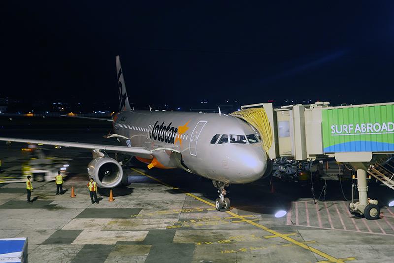 真夜中のマニラに到着。日本より1時間遅いので手元の時計の針を巻き戻します