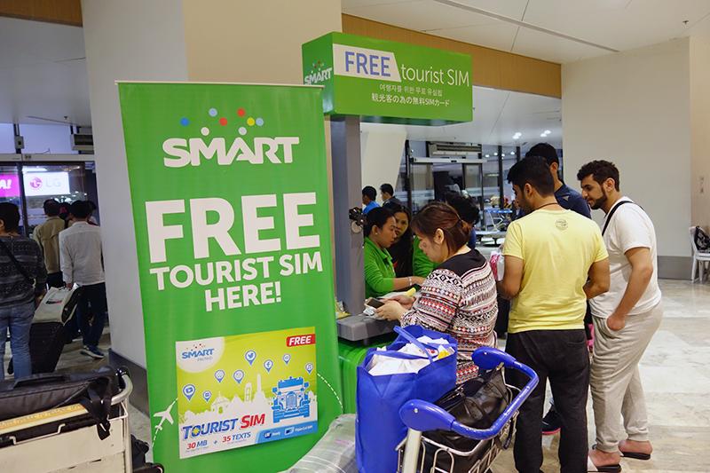 SIMフリー端末ではないのでスルーしましたが、マニラの空港内で見かけたプリペイド式SIM売り場