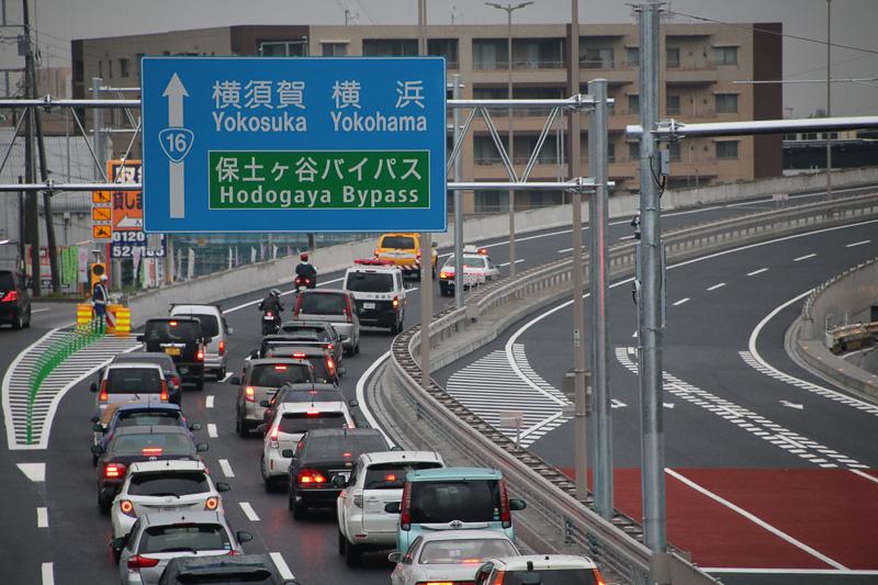 開通の瞬間、警察車両等に誘導されクルマが町田立体へと進みはじめた