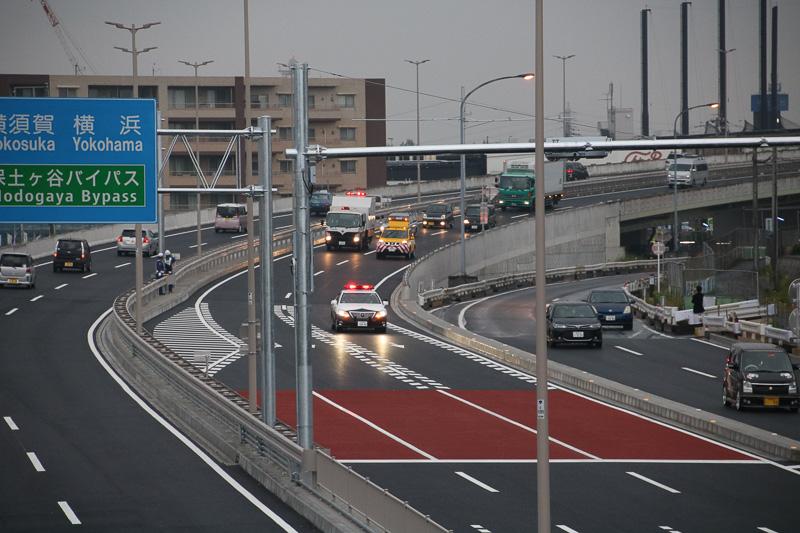 横浜方面から車両も通行が開始された。なお、この場所に新たな信号機が稼働しはじめた