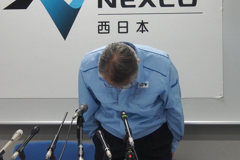 頭を下げるNEXCO西日本 代表取締役社長 石塚由成氏
