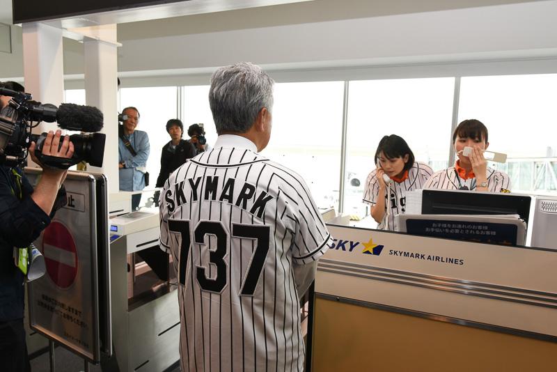 会見後折り返し便のSKY104便で東京に戻る佐山会長。搭乗客とあれこれコミュニケーション