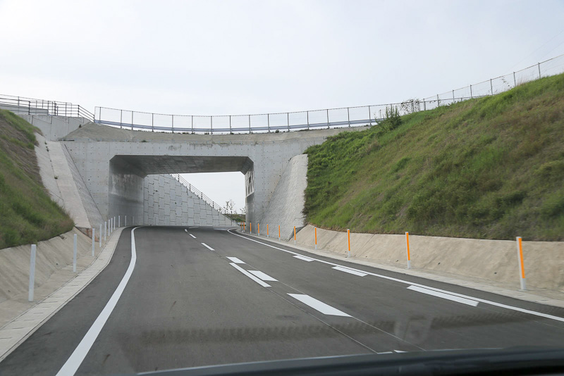 椎田南IC直前のトンネル。椎田南ICに直結する国道10号線椎田道路の下をくぐった