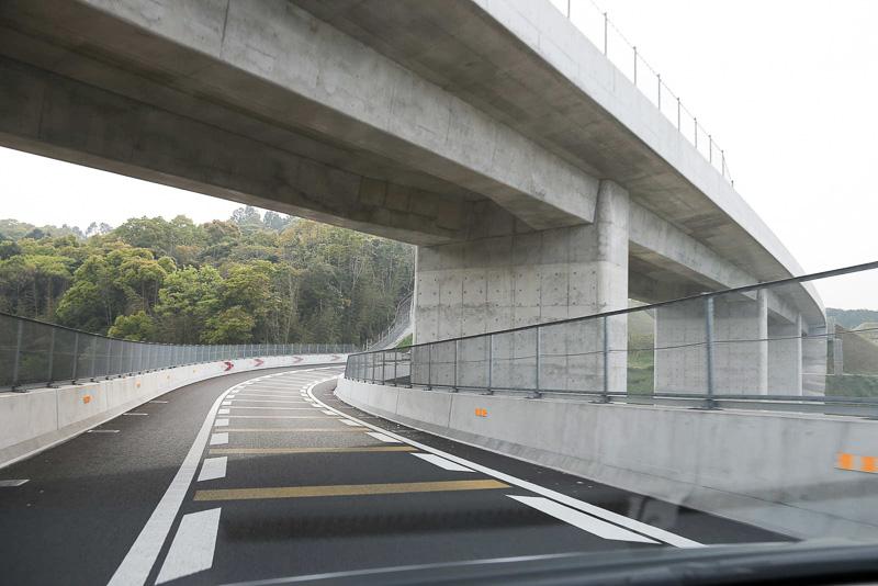 本線の下をくぐって北九州方面の道路に合流