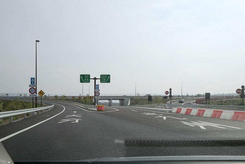 入り口をくぐるとすぐに分岐。右側が北九州方面