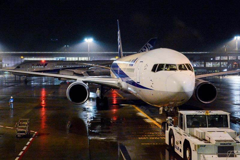 ANAの成田~武漢線に向けて駐機場で待機するボーイング 767-300ER