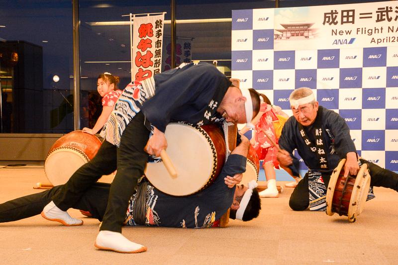 ANAが成田で実施する就航セレモニーではお馴染みの存在となりつつある銚子はね太鼓。迫力ある太鼓の音がターミナルに響く。男性と同じ法被を着て勇壮な演奏を披露する女性はANAグループの社員なのだそうだ