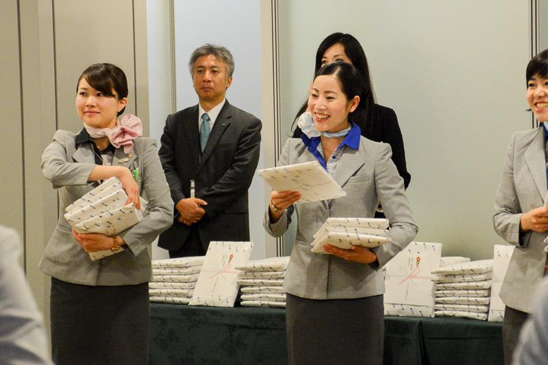 初便搭乗記念のANAオリジナルハンドタオル。成田~武漢線の記念品であることがパッケージや刺繍で表現されている