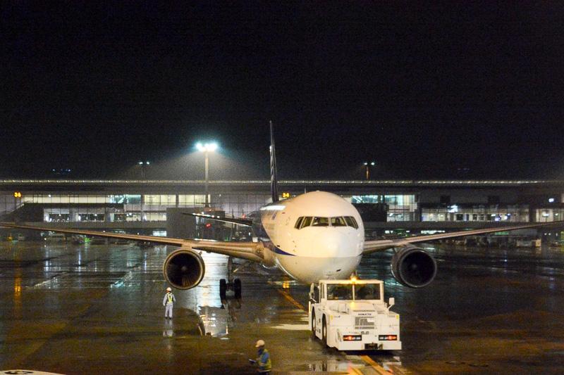 地上旅客スタッフが手を振って見送るなか、19時22分にプッシュバックを開始。武漢へ出発した
