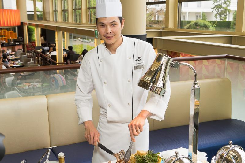 「ラムラックのハーブロースト リゾットコロッケとトマト&オリーブリレッシュ添え」は、Chef Xが切り分け提供してくれた