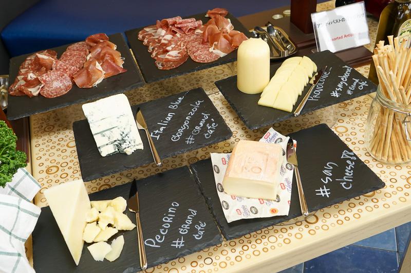 「アンティパストの盛り合わせ」のチーズとハム