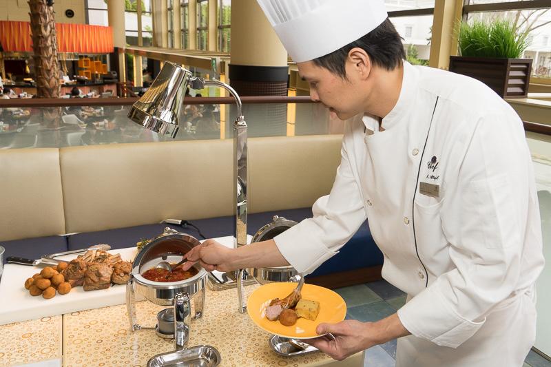 ラムラックにはグレービーソースをポレンタにはイタリアントマトソースをかける