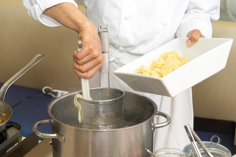 パッパルデッレの生麺を茹でるのも実演
