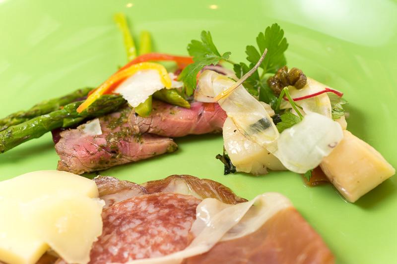 「冷製牛肉のローストカルパッチョ仕立て パルメザンチーズと共に」(左)と「シチリア風ホタテのグリルサラダ仕立て」(右)。これらもワインが合う一品