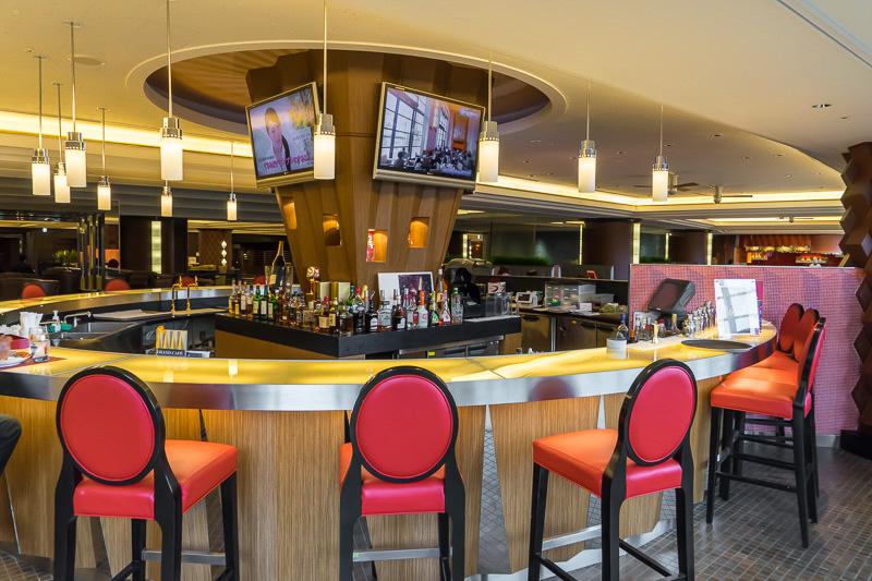 バーカウンターも用意されている。アルコール類を頼めば、バーカウンターでも通常席でも飲める