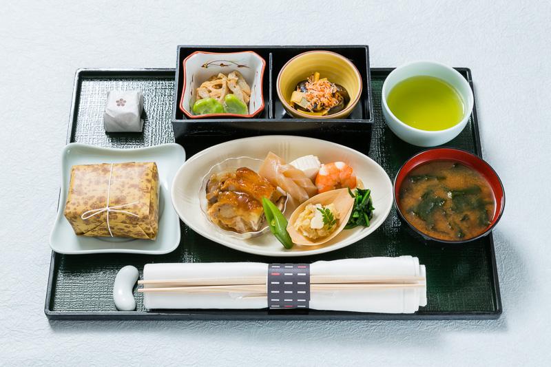 国内線ファーストクラスの機内食(5月上旬提供)のイメージ