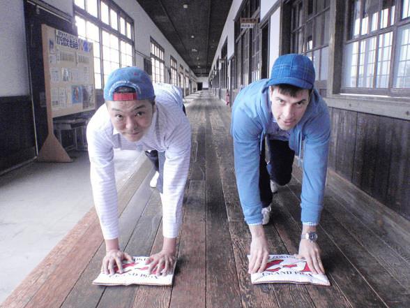 機内ビデオでは、お笑いコンビの「パックンマックン」が愛媛県南予地方を訪れる旅番組を放映