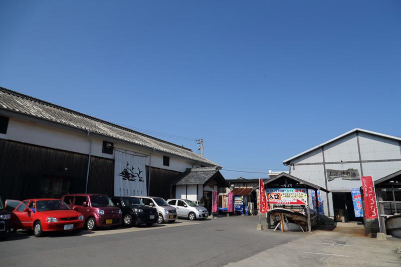 食堂はギャラリーやコンサートホールとしても利用が可能な、かつての島原藩主松平家の米蔵を改装した建物