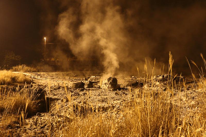 地獄めぐりの名にふさわしい風景を見ながら懐中電灯片手に散策します